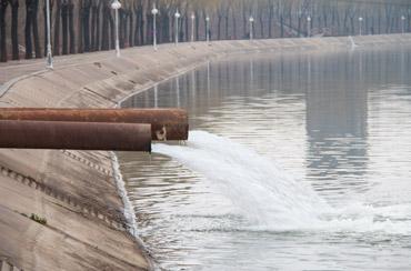 zanieczyszczenie wód - powodem są m.in ścieki przemysłowe